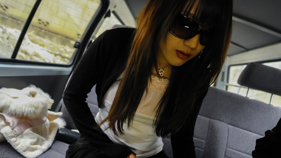 Asian amateur babe shows off her pussy in the car