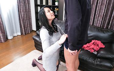 Aroused Makoto Shiraishi gives Asian blowjob
