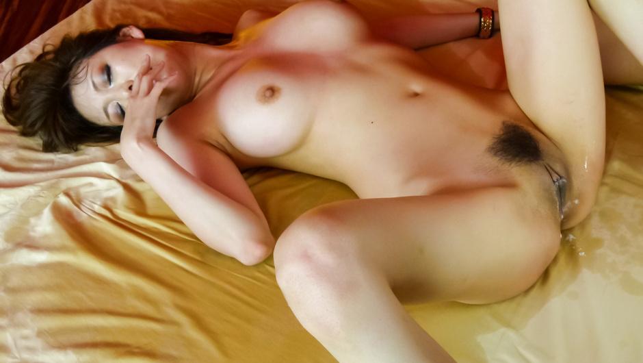 Akari Minamino asian girl squirting in a threesome